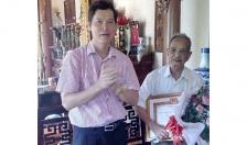 Ban Thường vụ Quận ủy Dương Kinh: Trao Huy hiệu 70 năm tuổi Đảng tặng đảng viên