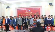 Trao tặng 200 suất quà hỗ trợ sinh viên về quê đón Tết