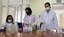 Giáo viên Trường THPT Chuyên Trần Phú chế nước rửa tay sát khuẩn theo công thức của WHO phòng Covid-19