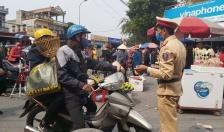 Công an tỉnh Nam Định: Phát tận tay 3.500 chiếc khẩu trang y tế cùng 2.000 tờ rơi tuyên truyền tới nhân dân