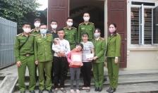 Đoàn Thanh niên Phòng Cảnh sát cơ động: Tặng quà con CBCS, công nhân viên có hoàn cảnh khó khăn