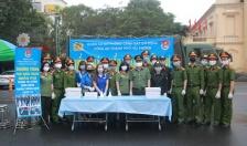 Đoàn cơ sở Phòng Cảnh sát Cơ động - CATP: Phát tặng 1.200 khẩu trang miễn phí tới người dân
