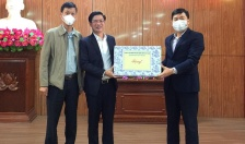 Tặng quà động viên các tổ công tác chống dịch tại huyện Thủy Nguyên