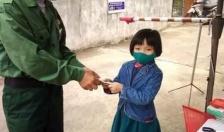 Học sinh lớp 1 ở Vĩnh Bảo mang lợn tiết kiệm ủng hộ tổ công tác kiểm soát dịch Covid – 19