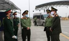 Thượng tá Lê Trung Sơn, Phó Giám đốc CATP thăm, tặng quà các chốt kiểm soát phòng chống dịch Covid 19
