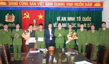 Phó Giám đốc Công an thành phố Bùi Trung Thanh khen thưởng Công an huyện Kiến Thụy về thành tích phát hiện, thu giữ 30kg pháo nổ