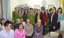 Hội phụ nữ Phòng PC45: Trao 20 suất quà tặng phụ nữ mù hoàn cảnh khó khăn
