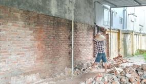 Tiến hành phá dỡ bức tường nghiêng tại Trường Tiểu học An Đồng (An Dương)